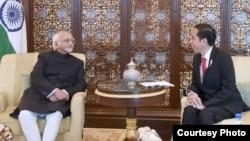 Presiden Indonesia Joko Widodo menerima kunjungan kehormatan Wapres India Mohammad Hamin Ansari (kiri) di The Leela Palace Hotel, New Delhi, India, Senin petang 12/12 (Foto courtesy : Setpres RI/dok).