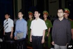 Từ trái: Trần Huỳnh Duy Thức, Nguyễn Tiến Trung, Lê Thăng Long và Lê Công Định tại Toà án Nhân dân TPHCM hôm 20/1/2010. Trần Huỳnh Duy Thức bị tuyên án nặng nhất trong bốn người.