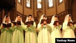 지난 2003년 남북종교인 3.1민족대회차 참석한 북측 평양 장충성당 신도들이 서울 명동성당에서 열린 남북 합동미사에서 성가를 부르고있다. (자료사진)
