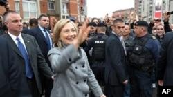 美国国务卿克林顿在科索沃访问时向人们挥手致意