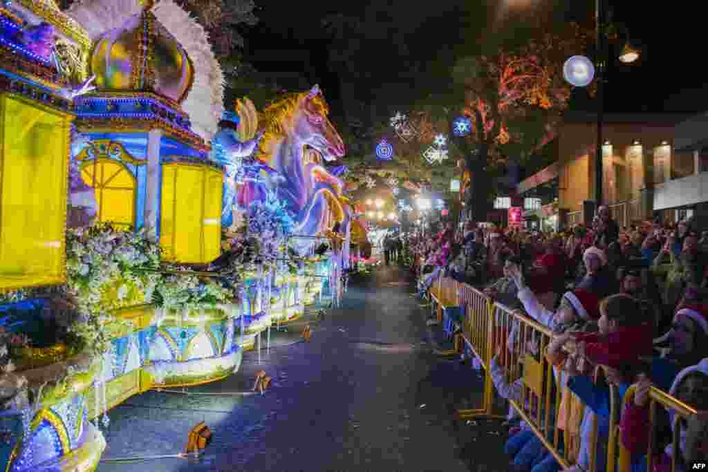 មនុស្សម្នាចូលរួមនៅក្នុងការដើរក្បួនពិធីភ្លើងពណ៌ (Light Festival) នៅលើផ្លូវសំខាន់ៗក្នុងក្រុង San Jose ប្រទេសកូស្តារីកា កាលពីថ្ងៃទី១៥ ខែធ្នូ ឆ្នាំ២០១៨។
