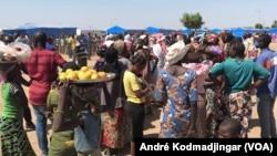 Des femmes se bousculent au marché pour assurer la pitance quotidienne de la famille, le 12 septembre 2021. (VOA/André Kodmadjingar)