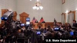 غنی و کری فقط به دو پرسش خبرنگاران پاسخ دادند