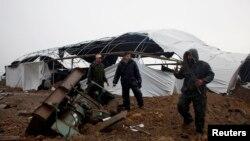 忠于哈马斯的巴勒斯坦安全部队3月13日在加沙地带检查以军轰炸造成的损害