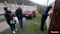 Autoridades eleitorais com boletins de voto.