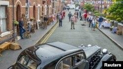 دوسری جنگ عظیم جتنے کی 75 ویں سالگرہ پر لندن کے کئی علاقوں میں لوگ 1940 کے عشرے کا لباس پہن کر باہر نکلے اور سماجی فاصلے کے اصول کی پابندی کی۔
