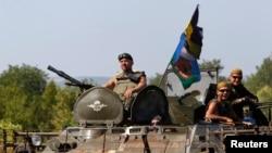 一支乌克兰军车队行进在顿涅茨克附近的道路上(2014年8月9日)