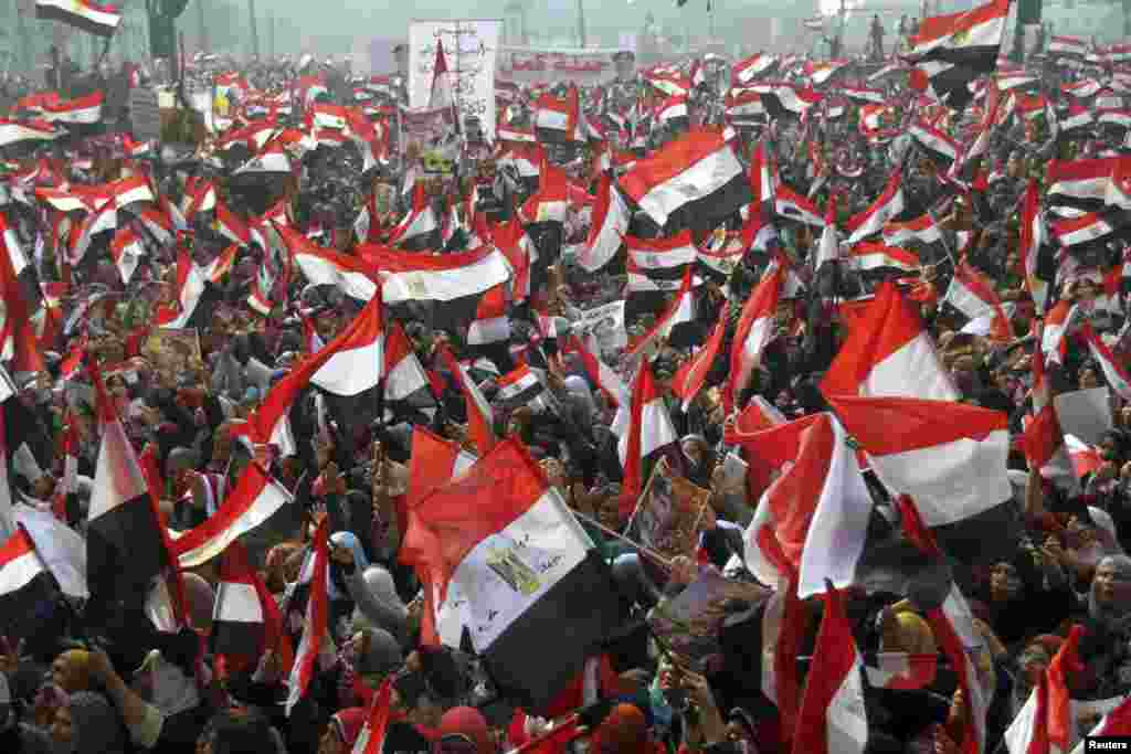 Supporters of Egypt's army and police gather at Tahrir square in Cairo, on the third anniversary of Egypt's uprising, Jan. 25, 2014.