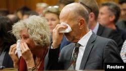 Arnold Pistorius (derecha), tío del atleta olímpico sudafricano, llora al escuchar el testimonio de su sobrino, al darse cuenta de que había matado a su novia.