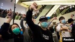 Para demonstran yang memprotes para pengunjung China daratan dalam sebuah demonstrasi di pusat perbelanjaan di Hong Kong (15/2).