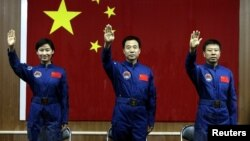 Astronot Tiongkok Jing Haipeng (tengah), Liu Wang (kanan) and Liu Yang, astronot perempuan pertama Tiongkok berhasil kembali ke bumi (29/6) setelah menyelesaikan misi merapatkan Shengzou-9 ke stasiun luar angkasa.