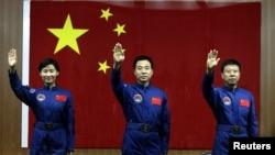 Ba phi hành gia Trung Quốc, trong đó có một người là phụ nữ, sẽ làm việc trên một trạm không gian hơn một tuần