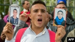 Des Marocains manifestent avec, dans les mains, des portraits de leurs proches qui ont émigré en Libye, le 27 novembre 2017.