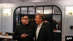 'Kim Jong Un giả', tên thật là Howard X (trái) và 'Donald Trump giả' Russel White nói chuyện với truyền thông tại khách sạn trước khi ông Howard X bị dẫn độ ra phi trường. Ảnh chụp ở Hà Nội ngày 25/2/2019. (Photo by Manan