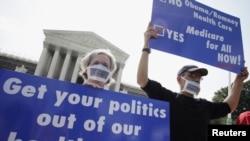 미 대법원 앞에서 오바마케어 반대하는 시위대. (자료사진)