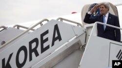 18일 한국 순방을 마친 존 케리 미 국무장관이 비행기에 오르며 인사하고 있다.