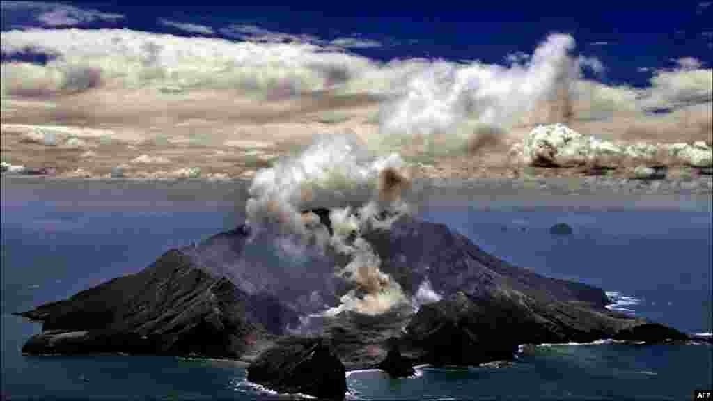 وائٹ آئی لینڈ نیوزی لینڈ کا سب سے متحرک آتش فشاں پہاڑ ہے جس کا 70 فی صد حصہ زیرِ سمندر واقع ہے۔ ہر سال تقریباً 10 ہزار سیاح اسے دیکھنے آتے ہیں۔