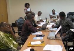 Jornalistas independentes e membros da sociedade civil trabalham durante um forum da Open Society em Luanda