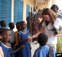 Hannah thăm Ghana năm 2008, nơi gia đình cô đã đóng góp 800.000 đôla cho Dự án giúp đỡ Người Ðói