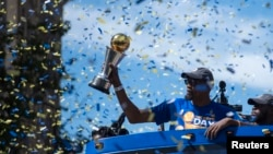 Bintang Golden State Warriors dengan trofi MVP NBA Final, Kevin Durant dalam parade di Oakland, California, Kamis (15/6).