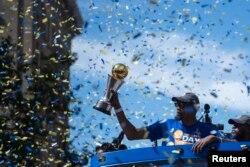 미국 프로농구 NBA 득점왕 캐빈 듀란트가 지난해 6월 캘리포니아주 오클랜드에서 열린 가두행진에서 MVP트로피를 들어보이고 있다.