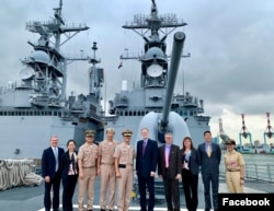 美国在台协会台北办事处处长郦英杰(左5)等人2019年8月19日访问高雄左营海军基地与台湾军方人士在基隆级驱逐舰前合影(美国在台协会脸书)