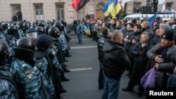 Polisi berjaga di depan para demonstran pendukung integrasi Uni Eropa di depan Gedung Parlemen Ukraina di Kiev (3/12).