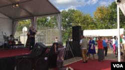 Titin Sprangler, Diaspora Indonesia di Houston, ajak pengunjung mancanegara bergoyang dangdut bersama.
