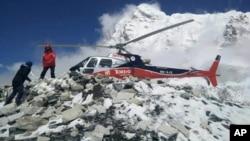 نیپال میں 27 اپریل کو آنے والے زلزلے کے بعد ماؤنٹ ایورسٹ کے بیس کیمپ میں پھنسے سیاحوں کو ہیلی کاپٹروں کے ذریعے نکالا گیا تھا