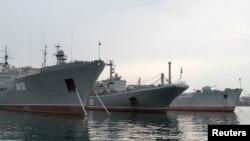 """停靠在克里米亞港口塞瓦斯托波爾的俄羅斯黑海艦隊,中間的軍艦為大型登陸艦""""阿佐夫號""""。 (資料照)"""