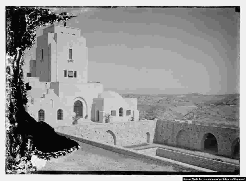 Pemandangan kegiatan pembangunan Government House di Yerusalem, kediaman Komisioner Tinggi Inggris untuk Palestina, pada1932.