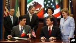 墨西哥任命新任駐美大使古鐵雷斯(前左)