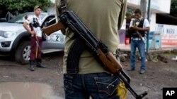 En la zona donde desapareció el estadounidense grupos de autodefensa se enfrentan al cartel de la droga Los Caballeros Templarios.