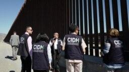 Funcionarios de la Comisión Interamericana de DD.HH. (CIDH) recorrieron el muro fronterizo entre México y EE.UU., el martes 20 de agosto de 2019.