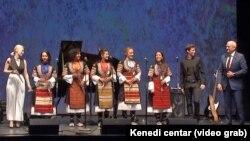 Jasna Popović, ansambl Rosa, Petar Krstajić i ambasador Srbije u Vašingtonu Đerđ Matković na Milenijumskoj sceni Kenedi centra