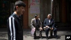 Các giới chức Trung Quốc tại Tân Cương đã lập ra ngân quỹ gần 50 triệu đôla để thưởng cho ai cung cấp thông tin dẫn tới việc bắt giữ hoặc giết chết các nghi can khủng bố.