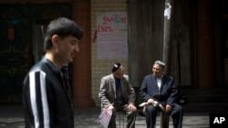 ជនជាតិ Uighurs នៅខេត្ត Xinjiang ប្រទេសចិន។ ថៃបញ្ជូនជនជាតិ Uighur ប្រហែល១០០នាក់ទៅចិន ទោះបីជាមានការតវ៉ា។
