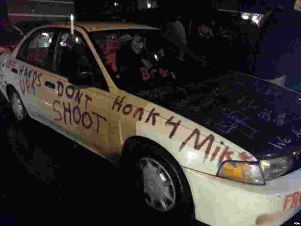 Một chiếc xe sơn thông điệp ủng hộ Michael Brown đậu bên ngoài trụ sở cảnh sát ở Ferguson, Missouri.