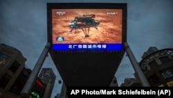 Китайські державні ЗМІ передають новини про прибуття марсоходу на Марс, 15 травня 2021 року, Пекін.