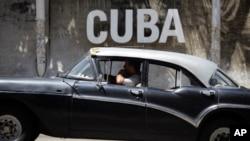 Un taxista cubano pasa frente al Centro Cultural en La Habana.