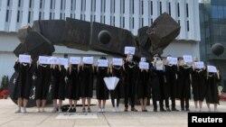 香港中文大学毕业生举起被中国拘押的12名港人的姓名牌子(2020年11月19日)