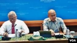 Juru bicara Kementerian Luar Negeri Arrmanatha Nasir (kanan) dalam jumpa pers di kantornya di Jakarta, Kamis (1/2). (VOA/Fathiyah)