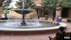 En el área de la capital, los turistas que visitan la ciudad se detienen ante las fuentes de las plazas para, al menos, sumergir los pies en el agua fresca.