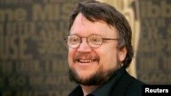 Guillermo del Toro afirma que al no involucrar estrellas de Hollywood, la trama no pierde su esencia y desvía su atención al actor.