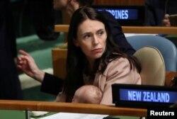 جسیندا آردرن در حالیکه دخترش نیو را در آغوش گرفته است، هفتاد و سومین نشست سالانه مجمع عمومی سازمان ملل متحد - نیویورک، ۲۴ سپتامبر ۲۰۱۸