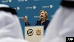 Davlat kotibasi Xillari Klinton Birlashgan Arab Amirliklari, Oman va Qatarga safarda, shuningdek kutilmaganda Yamanga bordi.