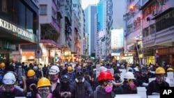 8일 수천 명의 홍콩 시위대가 방독면을 쓴채 시위를 벌이며 미국 총영사관으로 행진하고 있다.