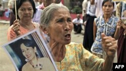 Một người ủng hộ bày tỏ sự vui mừng khi biết tin vị lãnh đạo dân chủ Aung San Suu Kyi sắp được thả ra