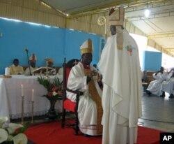 Dom Dionisio Hisilenapo (sentado), novo Bispo do Namibe recebe os símbolos eclisiásticos das mãos do Núncio Apostólico em Angola, Novatos Rugambwa