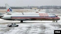 Beberapa pesawat maskapai American Airlines yang batal terbang di bandara kota Dallas, negara bagian Texas, 1 February 2011.